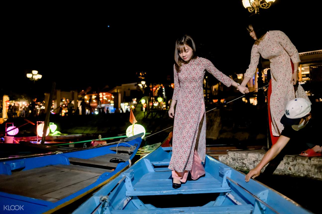 Hoai river Boat Ride Ticket and Release Lantern in Hoi AnDress-the-traditional-Vietnamese-clothing-experience-the-local-event